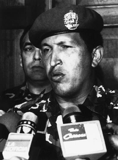 El 4 de febrero de 1992, Hugo Chávez habla con la prensa en el Ministerio de Defensa después de que él se rindió a las tropas leales al gobierno de Carlos Andrés Pérez. Foto: AP