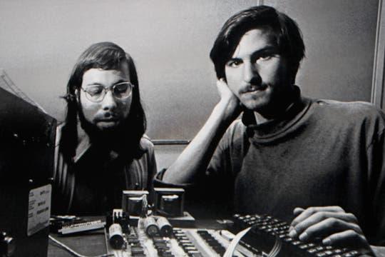 Los cofundadores de Apple, Steve Wozniak y Steve Jobs en el recuerdo, en una presentación de Apple en 2010. Foto: Reuters
