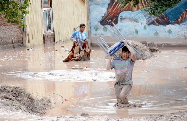 Los vecinos de Volcán tratan de rescatar sus pertenencias