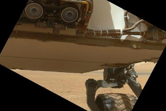 Parte baja del vehículo explorador y una de sus ruedas. Foto: NASA