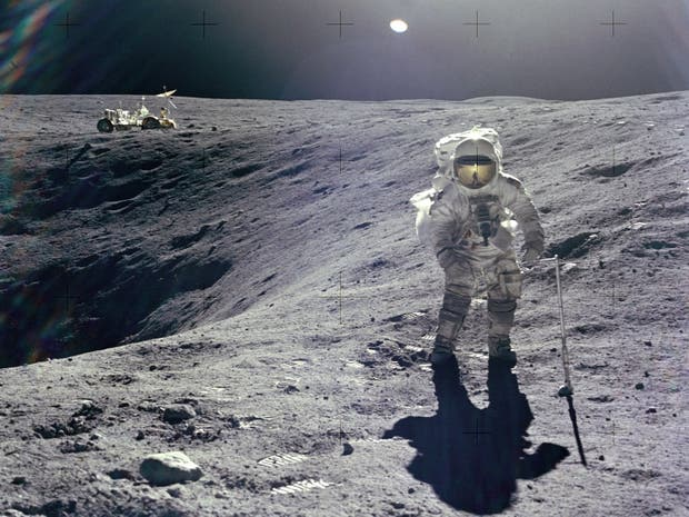 Charlie Duke durante la misión Apolo 16, la primera en aterrizar en las monta?as de la Luna
