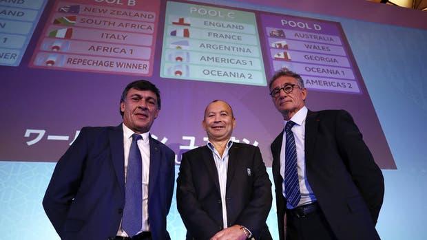 Daniel Hourcade, Eddie Jones y Guy Novès, coaches de los Pumas, Inglaterra y Francia, durante el sorteo en Kyoto; el más preocupado es el galo