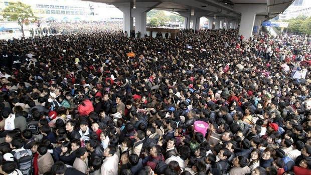 Pasajeros tratando de ingresar a la estación de trenes de Cantón, China