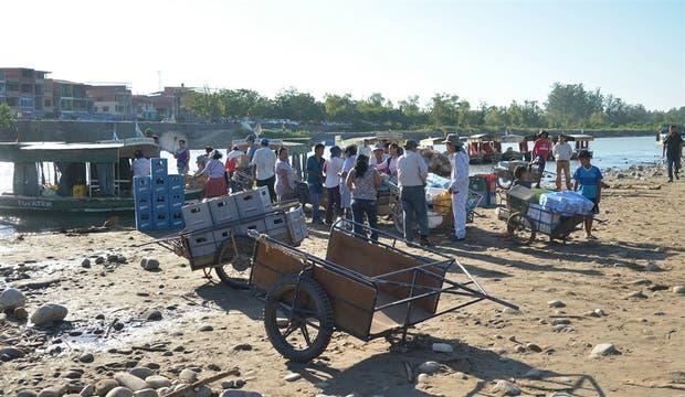 En Aguas Blancas, los bagayeros llegan con sus carros a la vera del río Bermejo para pasar mercaderías