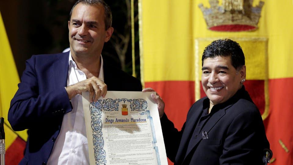 Diego Maradona durante la ceremonia en la que se le concedió el título de ciudadano honorario de Nápoles, Italia. Foto: Reuters / Stefano Renna