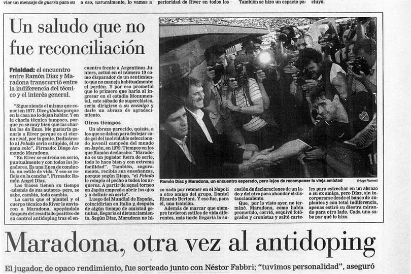 El saludo entre Diego Maradona y Ramón Díaz. Foto: Archivo LA NACION