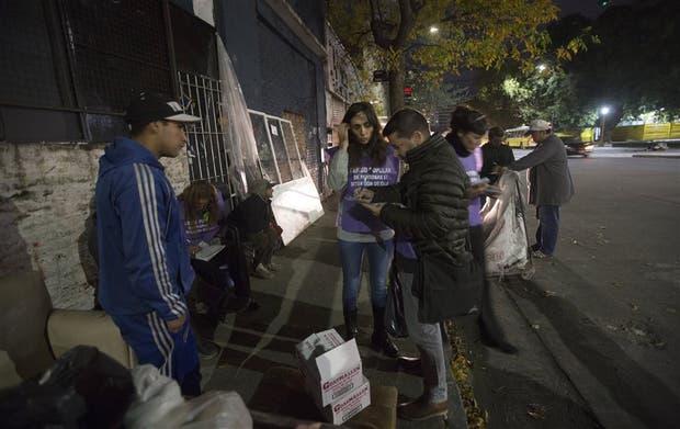 Voluntarios toman los datos de un grupo en situación de calle en una ranchada de Constitución y Lima