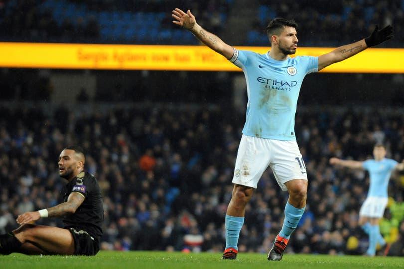 El Kun festeja el quinto de su equipo, su cuarto gol ante Leicester