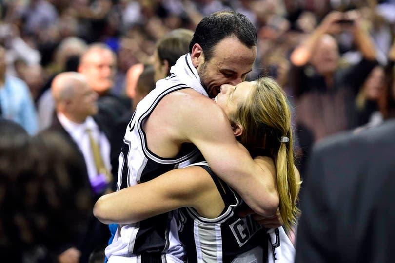 El abrazo de Manu con su mujer