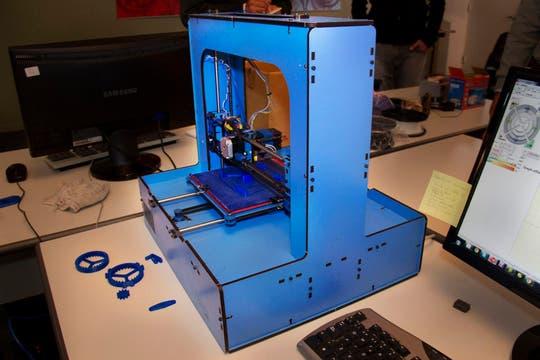 La impresora que vende Kikai Labs usa filamentos de plástico para crear los objetos. Foto: LA NACION / Sebastián Rodeiro