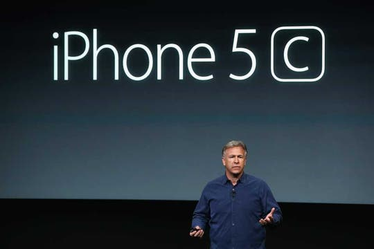 Es oficial, Phil Schiller, vicepresidente de marketing de Apple, presental el iPhone 5C. Foto: AFP
