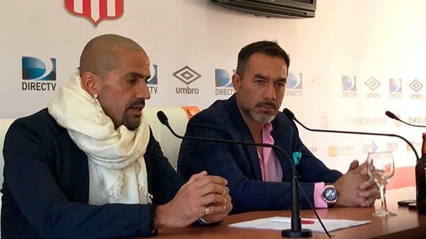 Gustavo Matosas junto al presidente Juan Sebastián Verón
