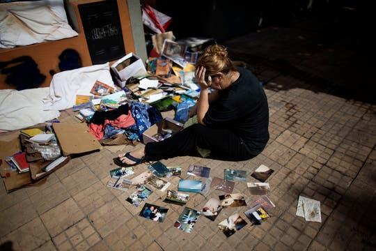 Una mujer intenta recuperar su recuerdos. Foto: AP
