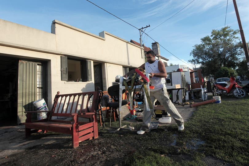 La única forma de secar todo es ponerlo todo en la calle. Foto: LA NACION / Santiago Hafford