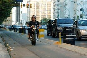 Muchos motociclistas no respetan sendas peatonales