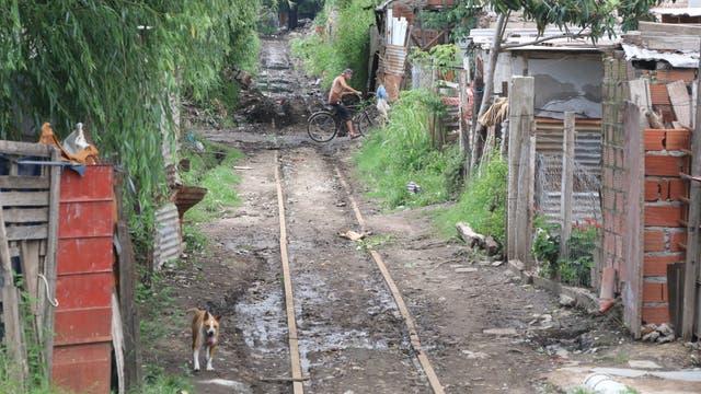 Por vías deterioradas, atravesando villas, va el Belgrano en Rosario; son habituales los descarrilamientos, ataques y saqueos