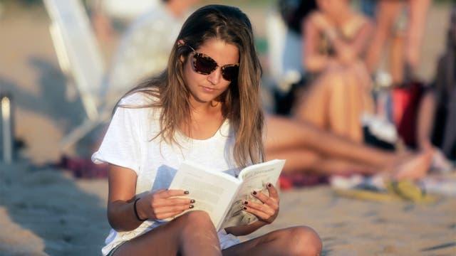 A Catalina Ladmann le gusta leer en la playa cuando su novio, Facundo Chahwan, hace otras actividades