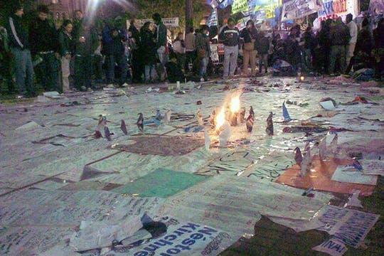 Hasta en el piso se pegaron los mensajes para acompañar a la Presidenta en su dolor. Foto: lanacion.com / @msolamaya