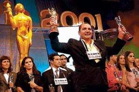 José Cóceres festeja con los dos Olimpia, el de oro y el de plata; el golfista es el mejor deportista del año 2001 para el CPD