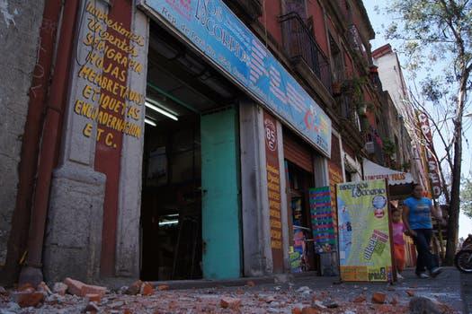 En la capital algunos edificios sufrieron daños por desprendimiento de mampostería. Foto: AFP