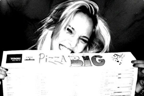 Lu, a punto de disfrutar una rica pizza. Foto: /@lulopilato
