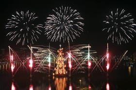 Se iluminó anoche durante un espectáculo de luces, música y fuegos artificiales