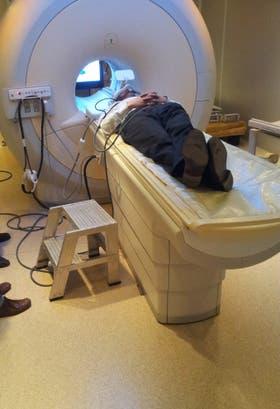 Un voluntario en plena investigación en una clínica de Belgrano