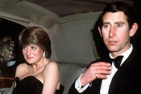 El príncipe Carlos de Gales junto a Diana Spencer en 1981, meses antes de la boda real