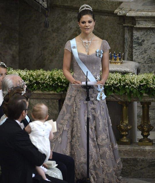La heredera del trono, Victoria de Suecia, estaba radiante con un precioso vestido de color maquillaje y espectaculares joyas.. Foto: /AP y Getty
