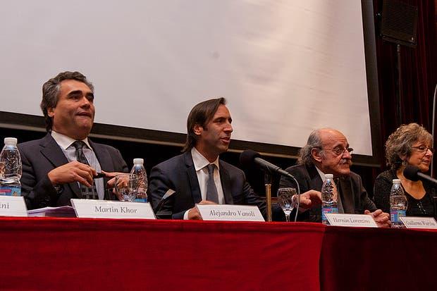 Alejandro Vanoli, de la CNV, (Izq) y Hernán Lorenzino ministro de Economía en el encuentro en el que participó Felisa Michelli