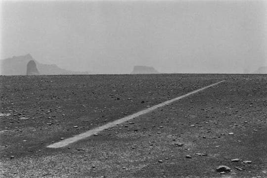 Dust Boots 5 Line. Tomada en 1988 durante una caminata en el desierto del Sahara. Foto: Cortesía Richard Long
