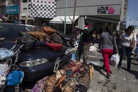 Un auto estacionado en la esquina de Avellaneda y Helguera sirve de escaparate para la venta ambulante