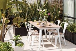 Una terraza elegante con vegetación rústica