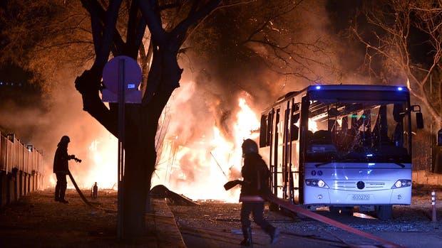 El ataque de ayer en Ankara provocó densas columnas de fuego