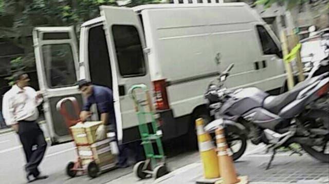 El 23 de noviembre, una camioneta Trafic que no pertenece a la Secretaría fue la encargada de la mudanza de expedientes