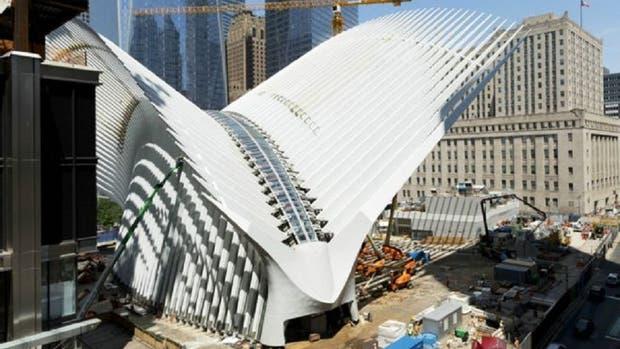 Su abstracto diseño curvado contrasta con los altos y rectos rascacielos de la zona financiera del sur de Nueva York.