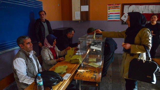 Millones de turcos fueron a las urnas para decidir si Turquía cambia su sistema de gobierno de parlamentario a presidencialista