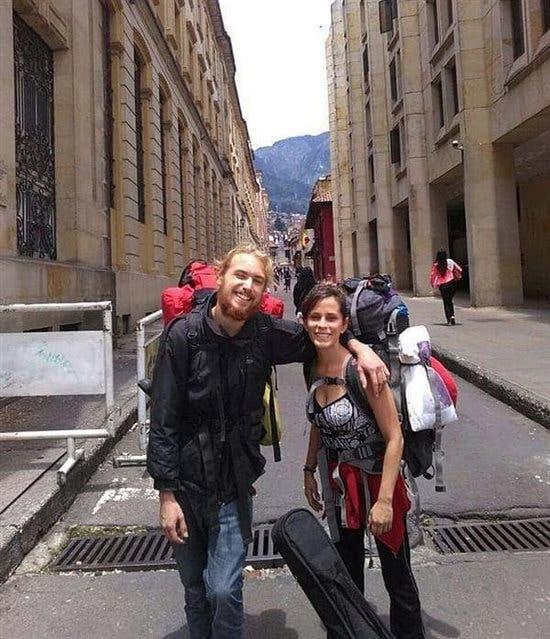 La víctima y su novio, el año pasado, en Perú