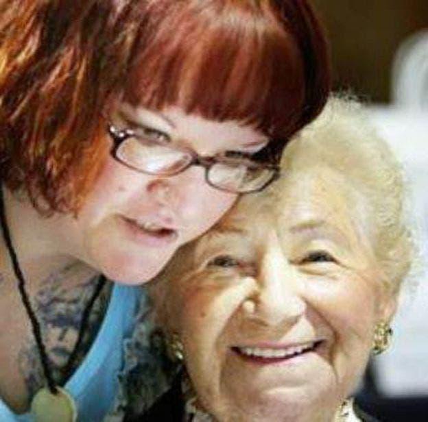 Angela con la sobreviviente del holocausto Leah Roth