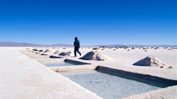 El salar de Olaroz, del que actualmente se extrae el litio por evaporación; la Argentina es el tercer productor mundial