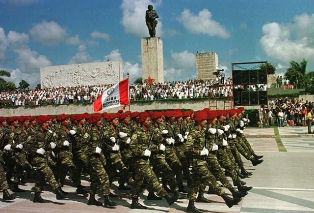 El ejercito cubano desfila frente al monumento al Che Guevara, el 17 de octubre de 1997