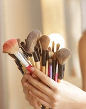 ¿Sabés limpiar bien tus pinceles de make up?
