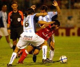 Agüero ensaya una gambeta ante el esfuerzo de Ramón; el delantero cumplió, aunque no brilló
