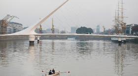 Vista del Puente de la Mujer, el cruce peatonal diseñado por Calatrava e inaugurado en diciembre de 2001, en Puerto Madero