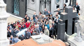 Escoltados por los granaderos, familiares y dirigentes llevan los restos de Alfonsín al panteón radical del cementerio de Recoleta