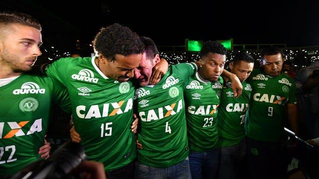 Los futbolistas que no subieron al avión lloran por sus compañeros