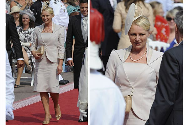 Lynette Humberstone, madre de Charlene, eligió un traje color nude compuesto por un vestido y chaqueta de bordes redondeados. Foto: Reuters/AP/AFP/EFE