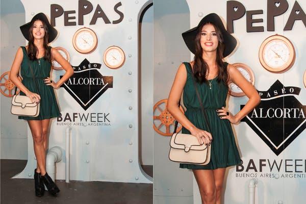 Agustina Córdoba asistió al lanzamiento de la nueva colección de Las Pepas. Capelina, vestido verde inglés y booties para unacita muy chic. Foto: Gentileza Hungara Comunicación.