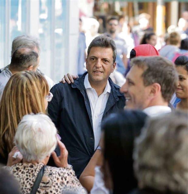Massa continuó ayer su campaña por Caseros