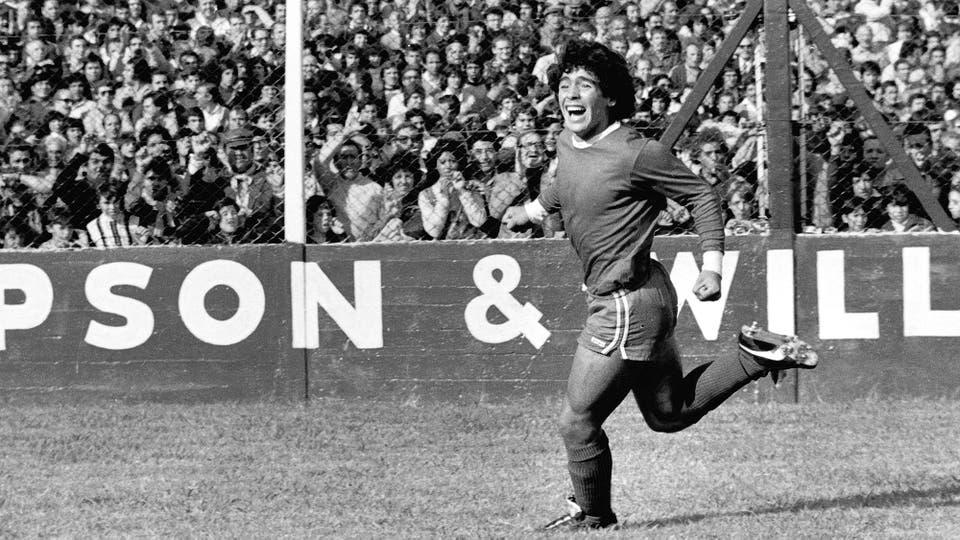 13-4-1979; festejo de gol frente a River en la cancha de Ferro; fue en un triunfo por 3 a 1 y metió dos goles. Foto: LA NACION
